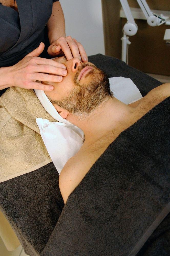 Massasje av hodet på en mann