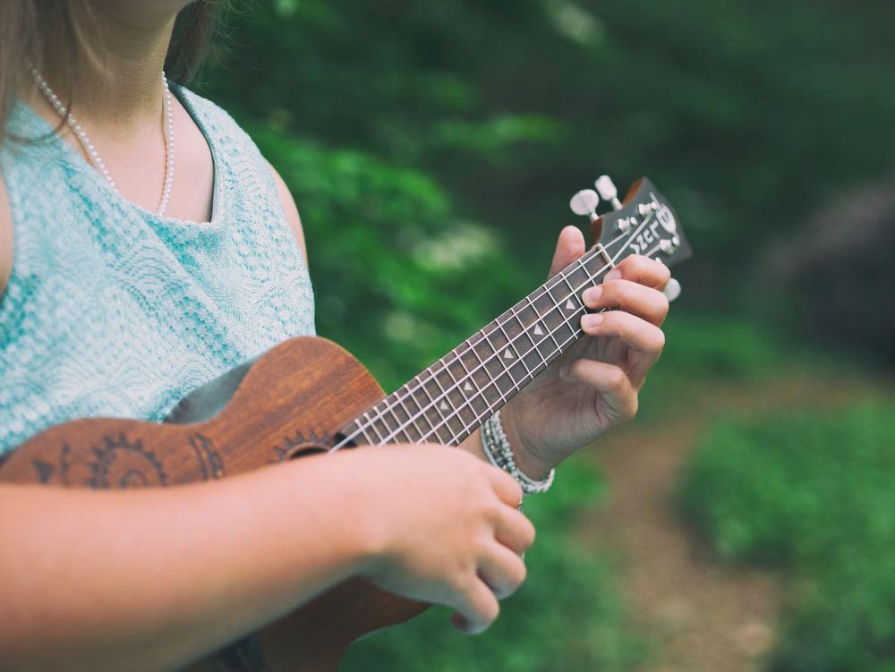 Dette er forskjellene du må vite mellom ukulele og gitar